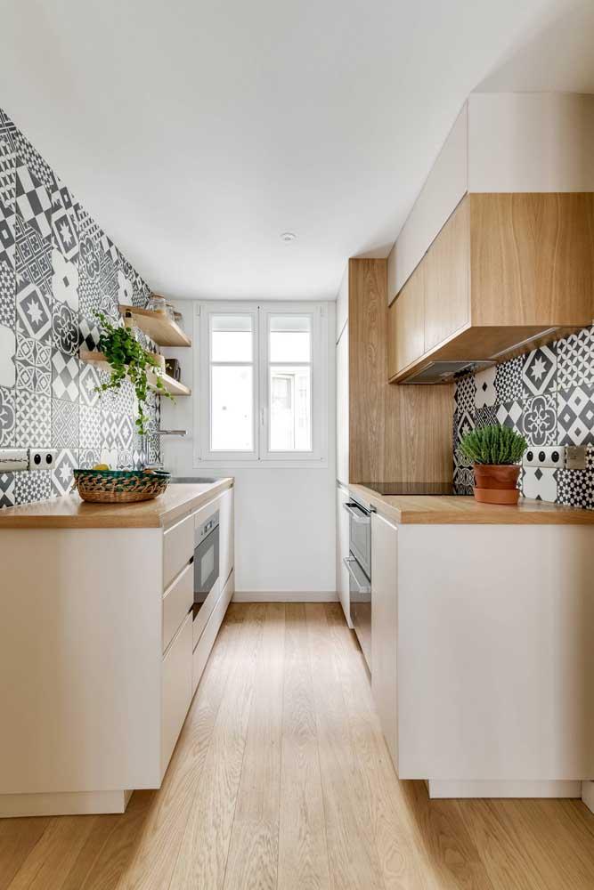 Cozinha clean e iluminada com azulejos retrô em preto e branco
