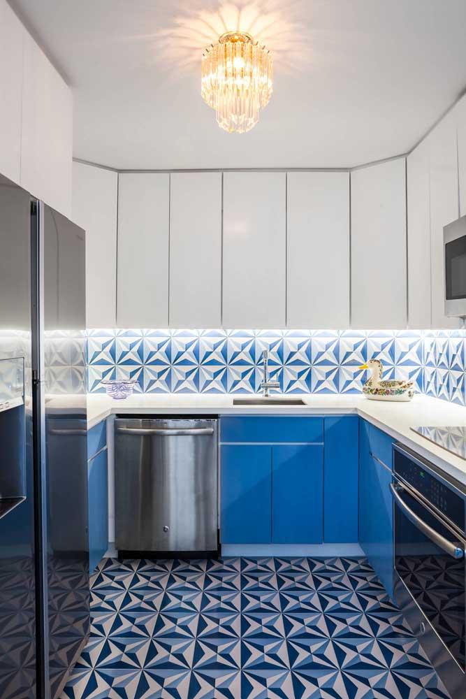 Azulejo azul e branco. Para destacar ainda mais as peças, um projeto de iluminação sob medida