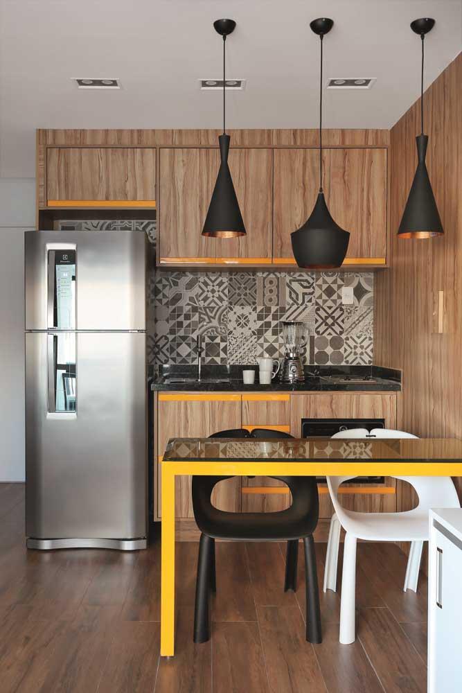 Azulejo retrô para cozinha simples e pequena. Os tons de bege e marrom das peças se unem a paleta de cores do restante do ambiente