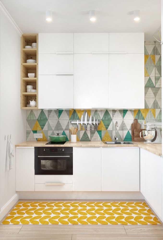 Azulejos coloridos para contrastar com a brancura do restante da cozinha