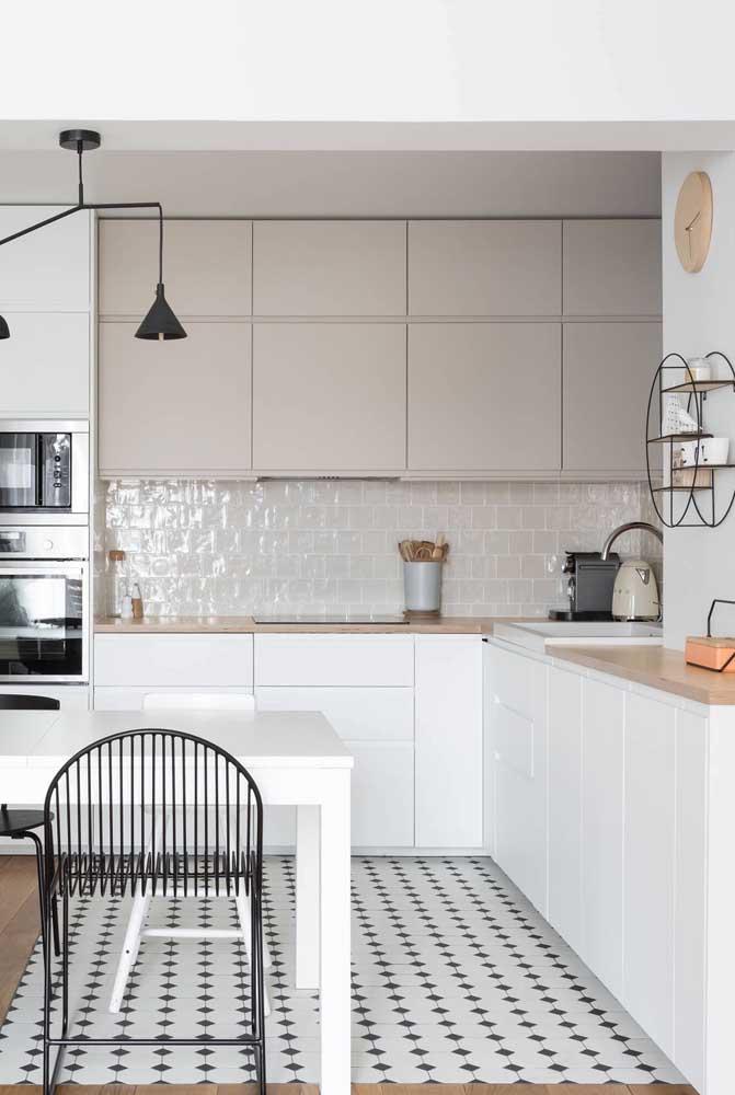 Azulejo bege brilhante para as paredes dessa cozinha clean e moderna