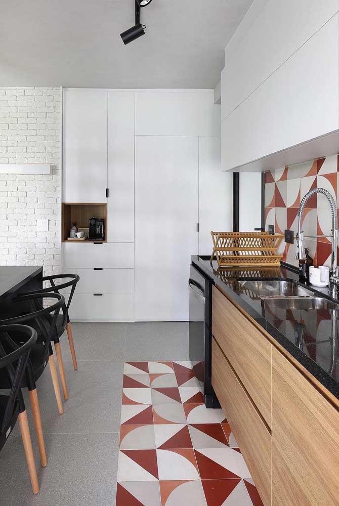Olha essa dica: azulejos iguais para a bancada da pia e a faixa de piso no chão