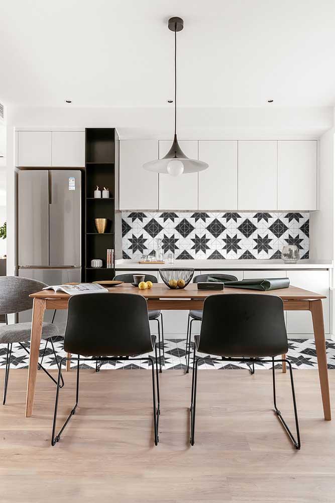 Cozinha moderna com piso e azulejo geométrico
