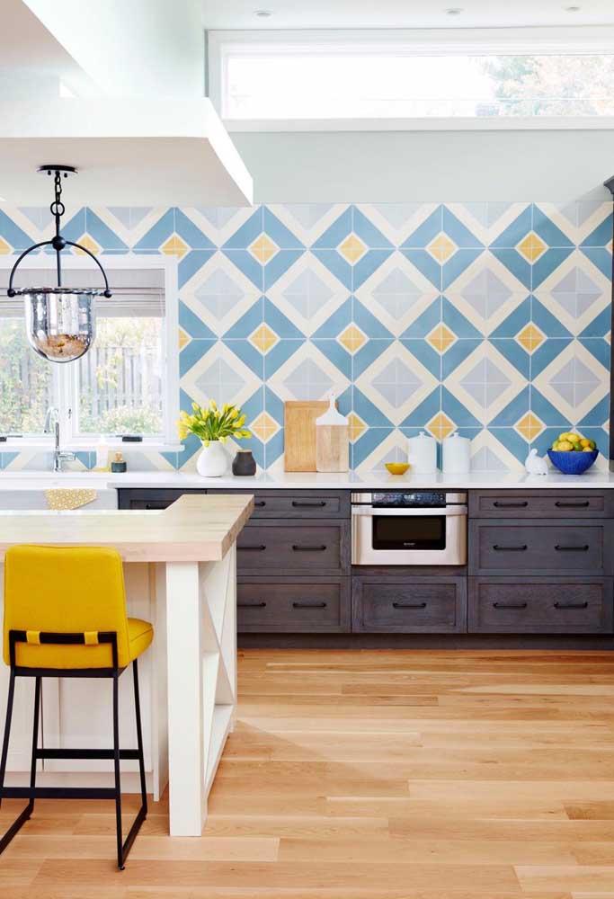 Que tal um azulejo azul e amarelo para sua cozinha?