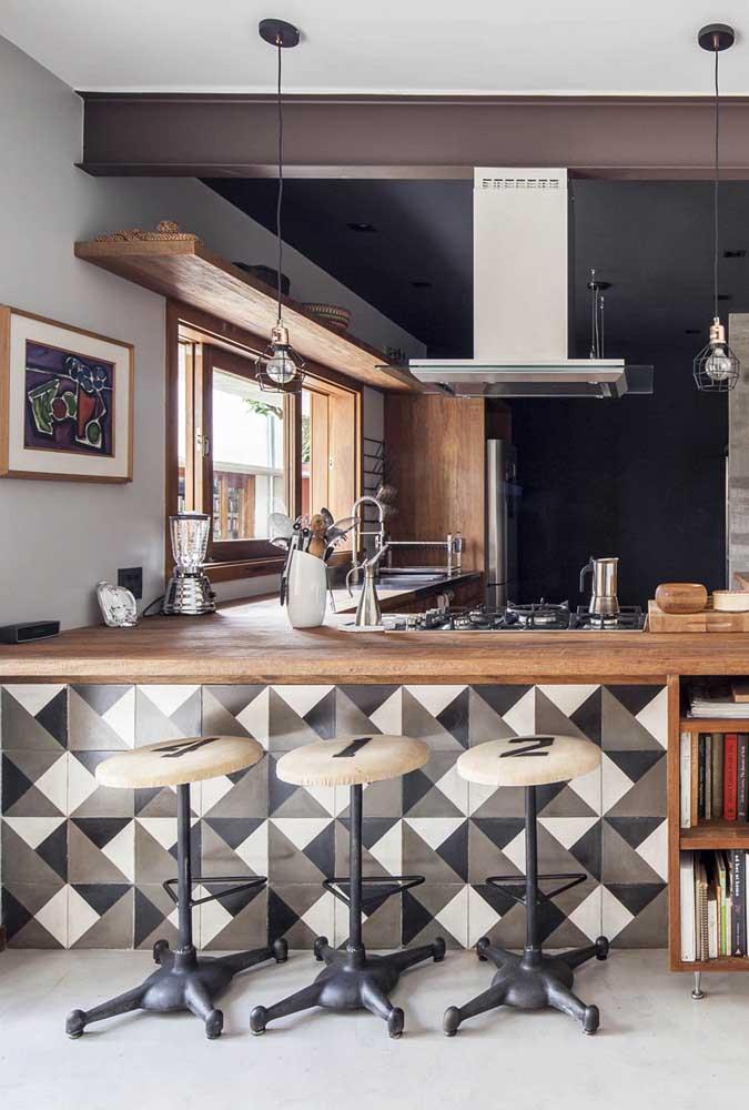 A cozinha retrô ganhou ares modernos com o azulejo geométrico marrom e bege