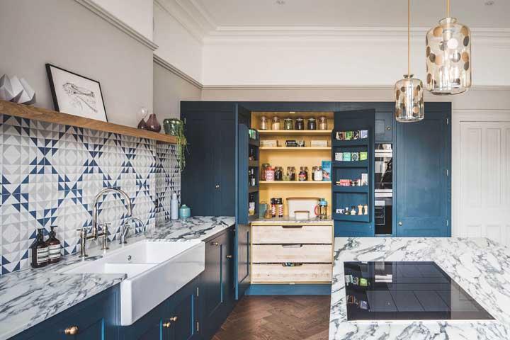 Azulejo azul combinando com a cor dos armários da cozinha