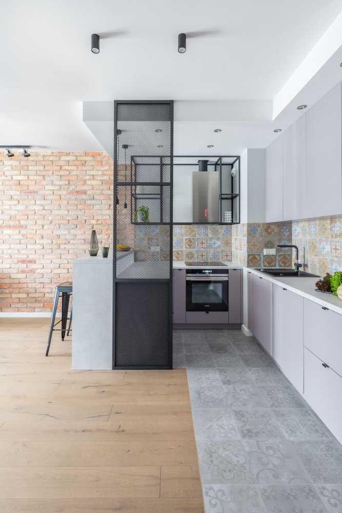 Nessa cozinha, os armários brancos evidenciam os azulejos decorativos de estilo retrô