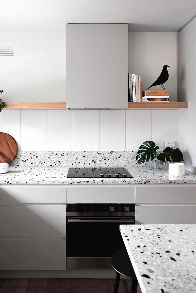 Azulejo branco para combinar com o granilite das bancadas