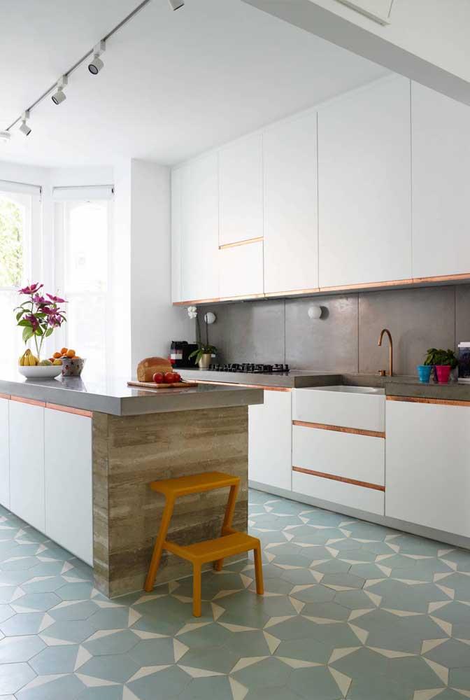 Que tal optar por peças amplas, como os azulejos decorativos dessa cozinha?