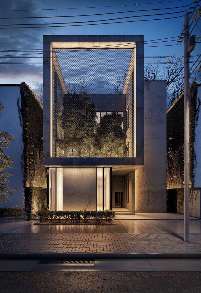 Aqui, o jardim se ergue dentro da casa e é acolhido pela luz que entra através do vão