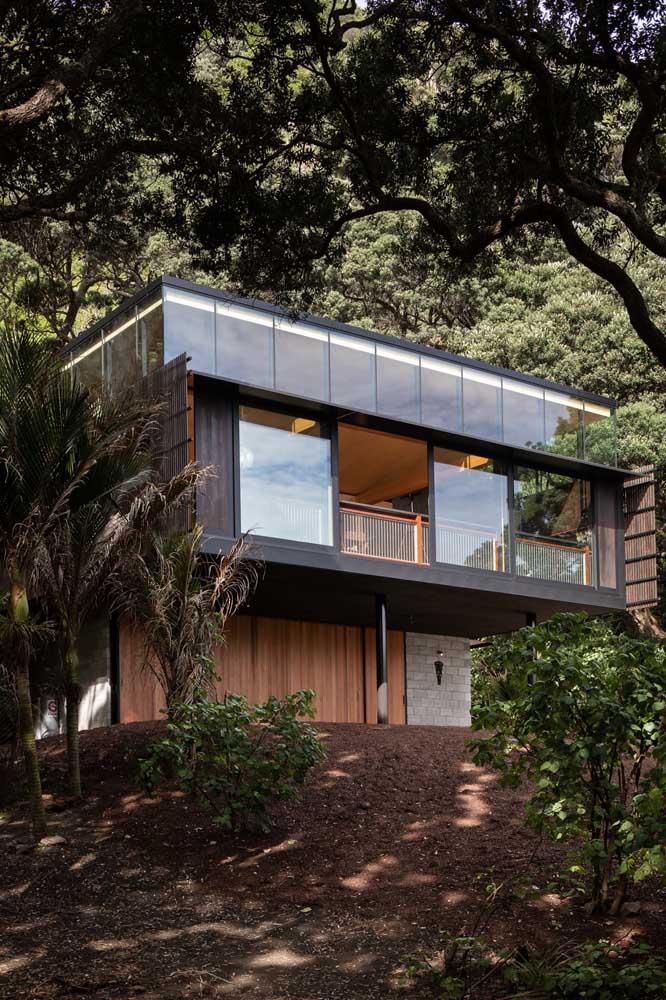 O belo contraste entre a arquitetura moderna da casa e a natureza ao redor