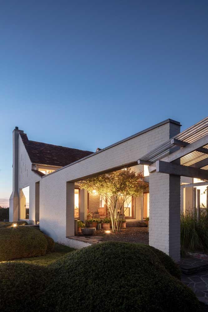 Fachada de casa moderna com jardim. Um refúgio para vida urbana