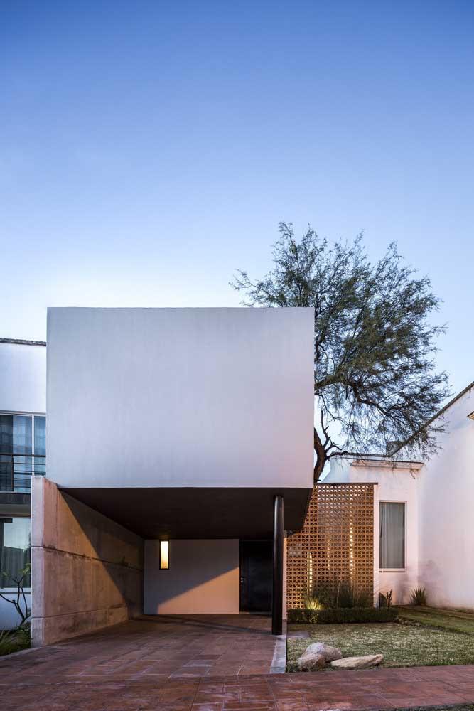 Minimalista, essa casa se destaca pela presença marcante das linhas retas