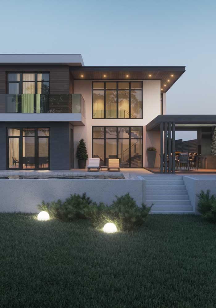 Casa grande e moderna com amplo jardim na fachada