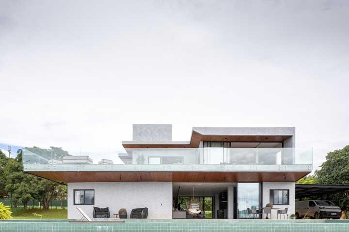 Vidros e cores neutras para realçar o estilo moderno da casa sobrado