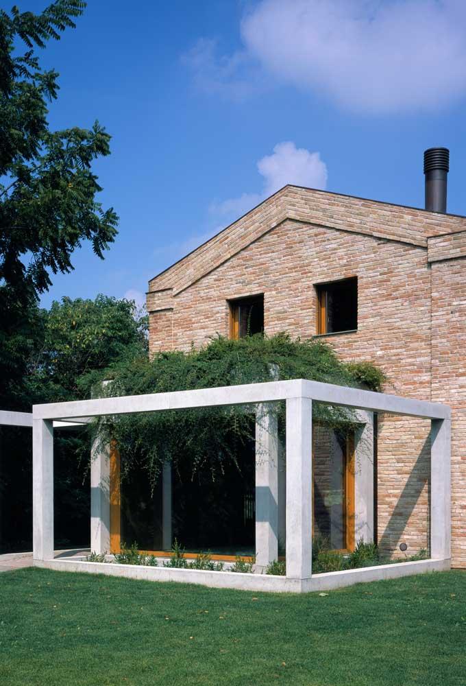 Casa moderna com toque rústico graças ao revestimento de tijolinho