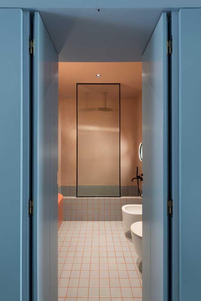 Banheiro de casa moderna. Poucos elementos valorizados pela paleta de cores