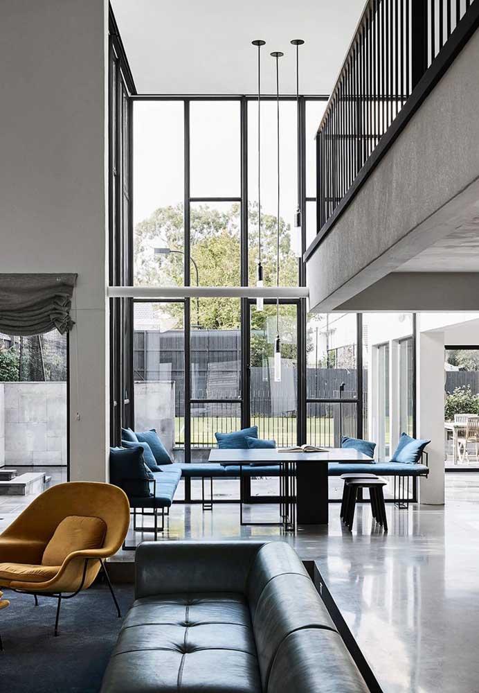 Sala de estar de uma casa moderna. O destaque aqui é o pé direito duplo