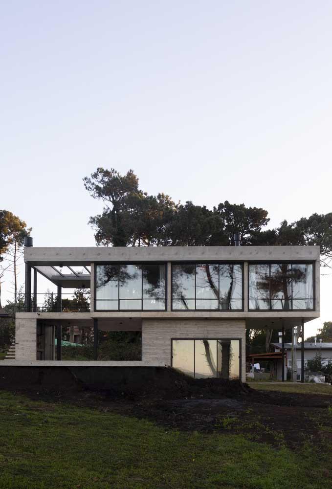 Os vidros e os vãos abertos são o destaque dessa casa sobrado moderna
