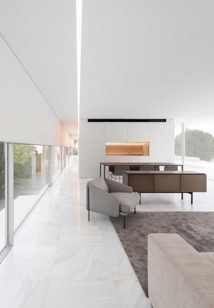 Casa moderna por dentro. Repare que o uso do branco valoriza a iluminação natural do ambiente