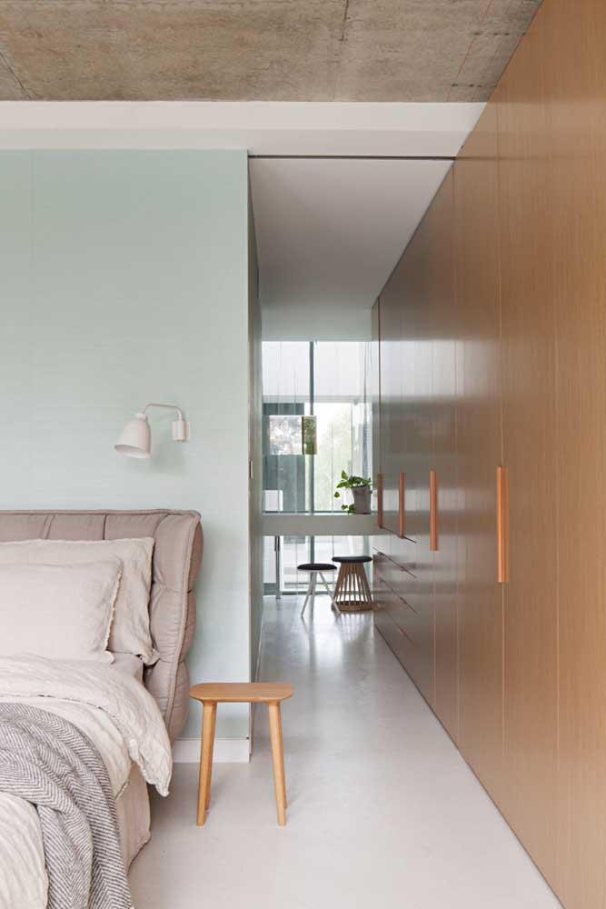 Quarto moderno em tons claros e móveis de madeira