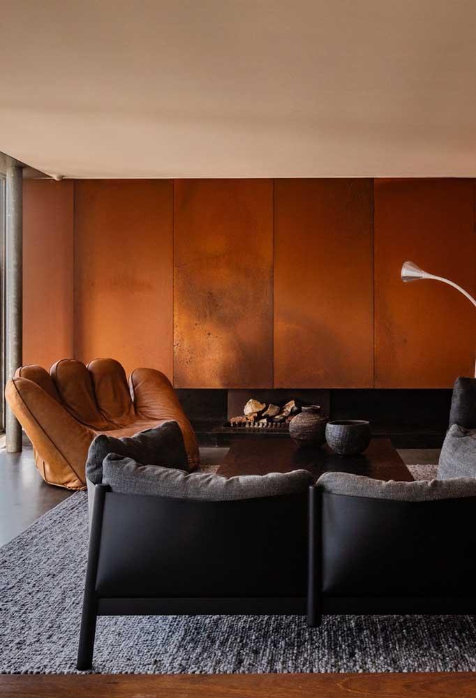Que tal uma parede revestida com aço corten combinando com o sofá de couro?