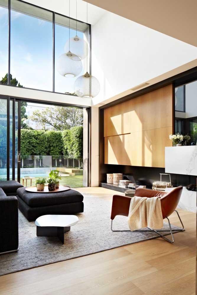 Pé direito alto e muita luz natural para essa sala de estar moderna