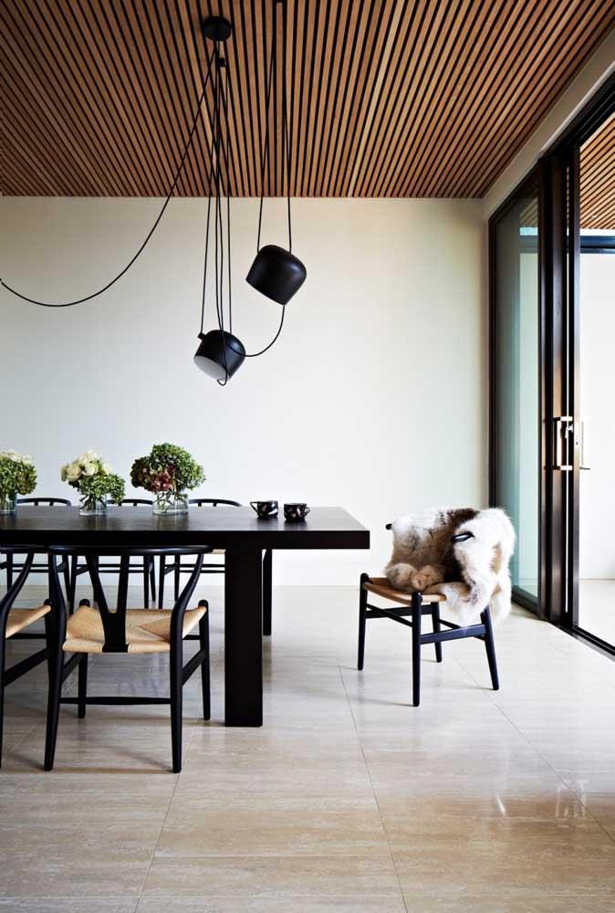 Sala de jantar de uma casa moderna: móveis com funcionalidade