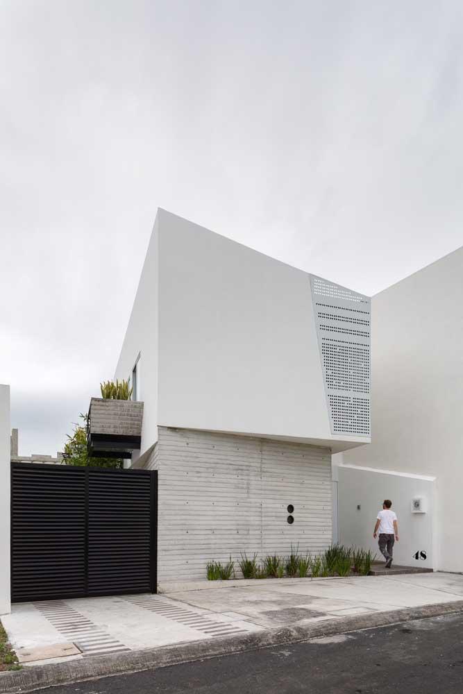 Casa moderna e minimalista. O uso das cores neutras reforça o estilo arquitetônico da obra