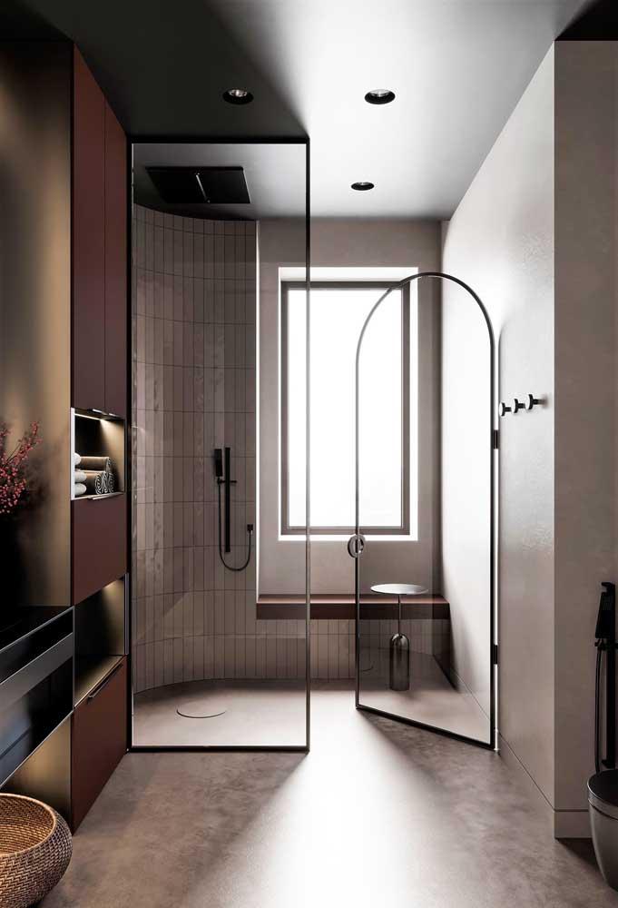 Banheiro moderno com paleta de cores formada por tons neutros