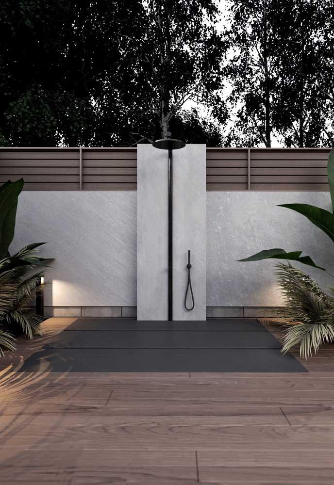 Área externa de uma casa moderna para ser usada após o banho de piscina