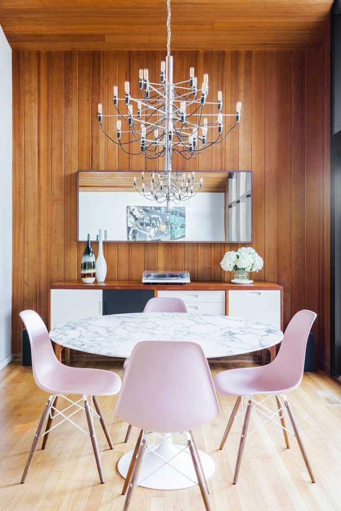 Sala de jantar com mix entre o clássico e o moderno