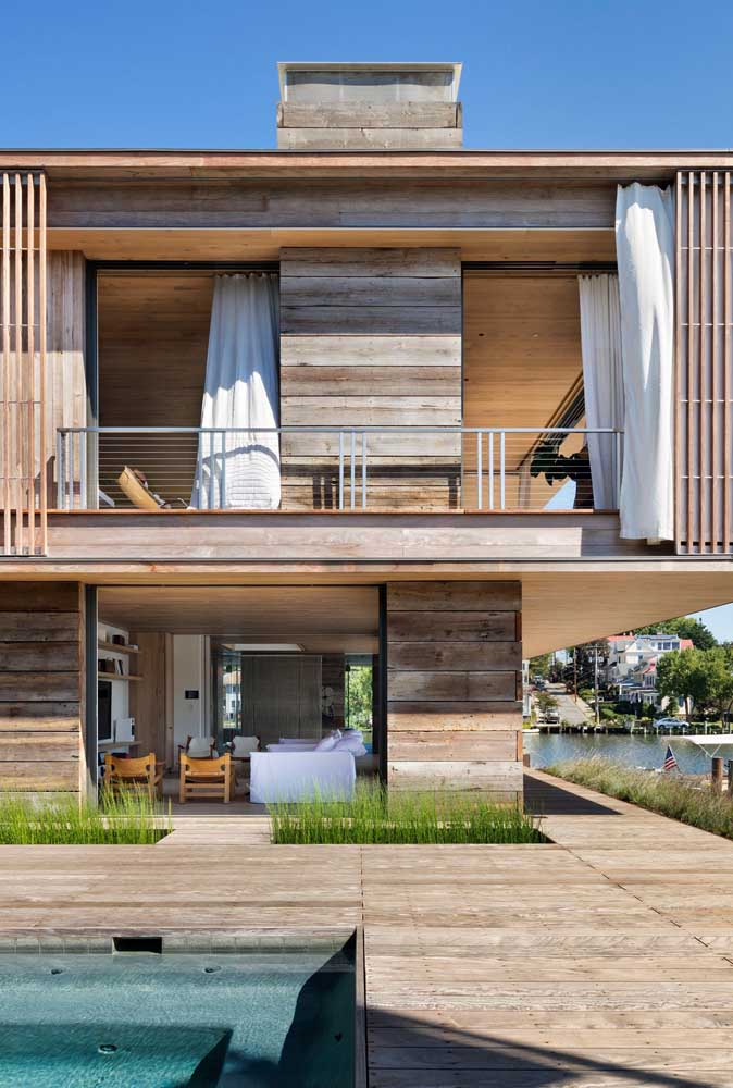 Casa moderna de madeira para quem deseja viver na paz do campo