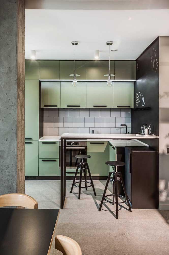 Cozinha planejada para apartamento pequeno em estilo industrial. O verde menta garante um toque todo original ao projeto