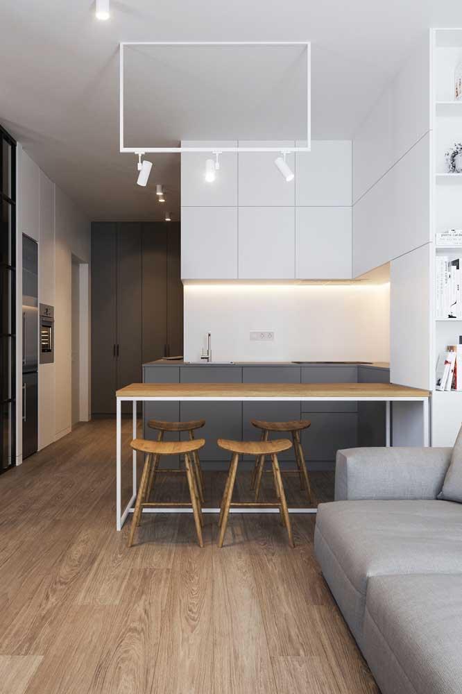 Cozinha planejada moderna integrada à sala de estar pelo balcão