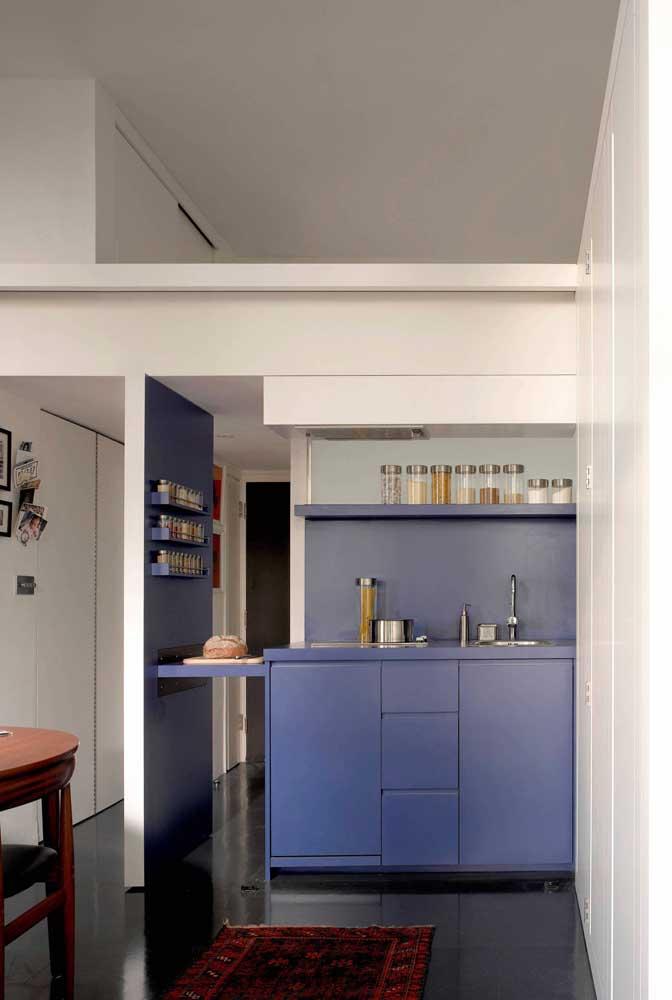 O que acha de levar um pouco de cor para a cozinha pequena do apartamento? Essa aqui é azul!
