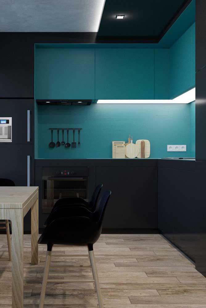 O projeto de iluminação faz toda diferença na cozinha planejada para apartamento pequeno