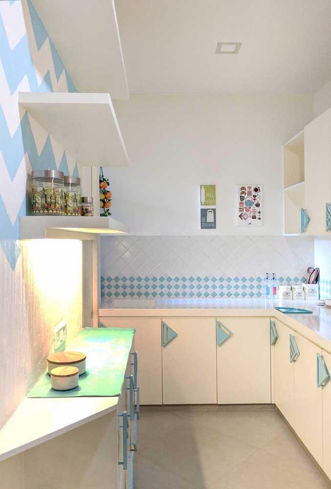 Os tons pastéis deixam essa pequena cozinha de apartamento um mimo só!