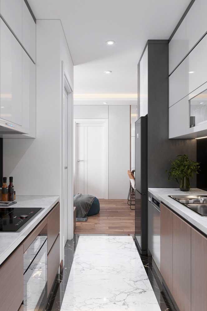 Estreita, essa cozinha planejada corredor conta com armários de ambos os lados e, mesmo assim, continua sendo prática e funcional