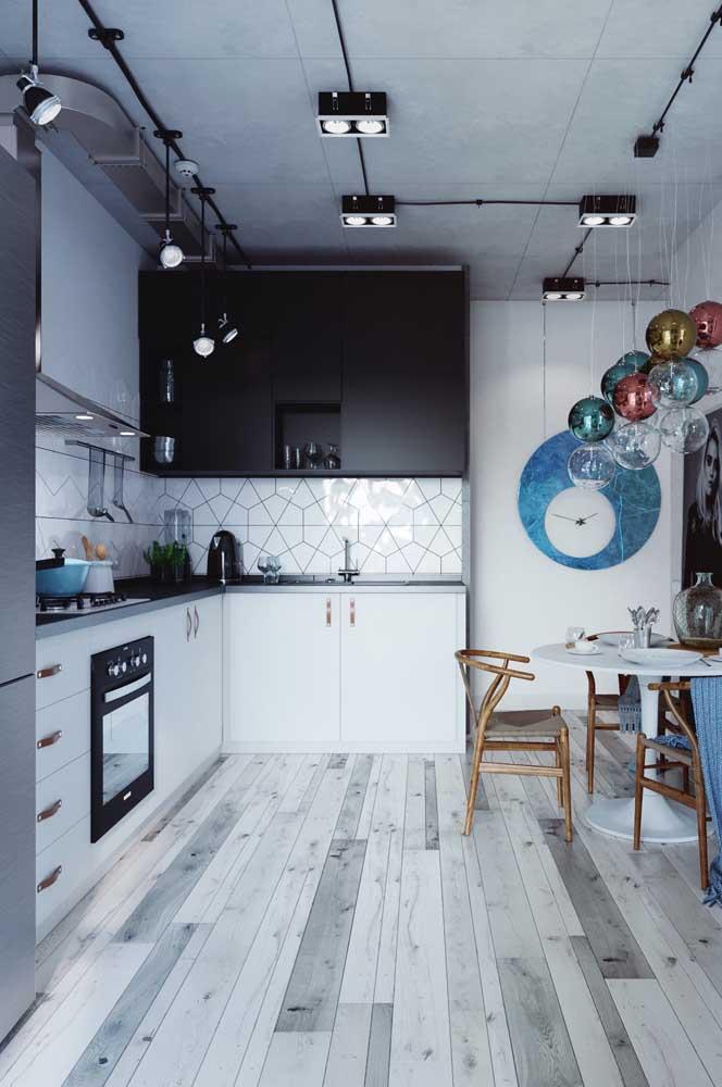 Nesse projeto, os spots de luz garantem o conforto da cozinha planejada