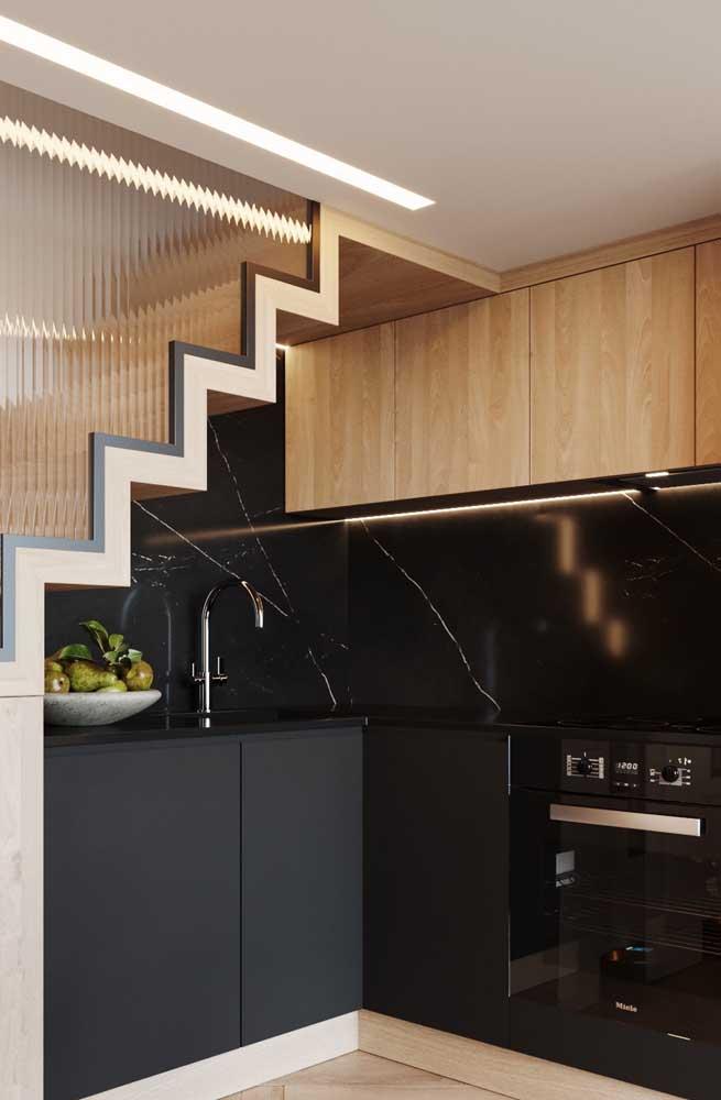 O que acha de montar a cozinha embaixo da escada?