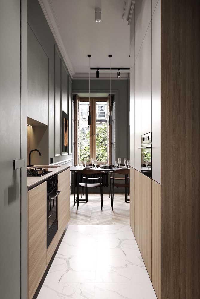 Cozinha planejada estilo corredor com eletros embutidos para economia de espaço