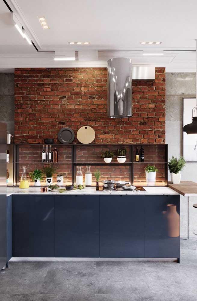 A parede de tijolinhos dá o toque de estilo e personalidade para essa cozinha planejada pequena