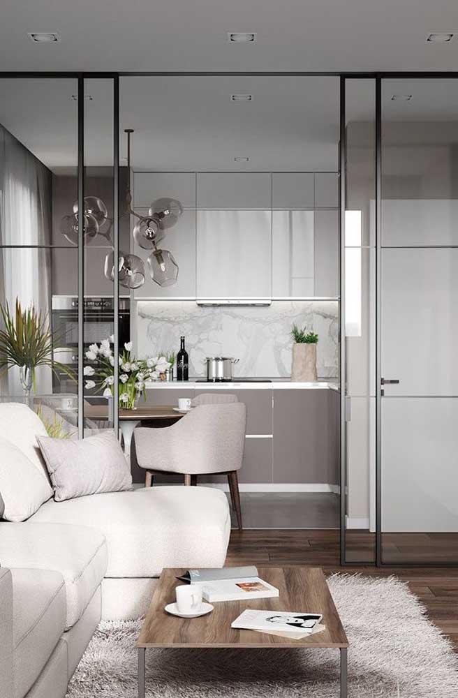 Um luxo essa cozinha planejada com portas de vidro