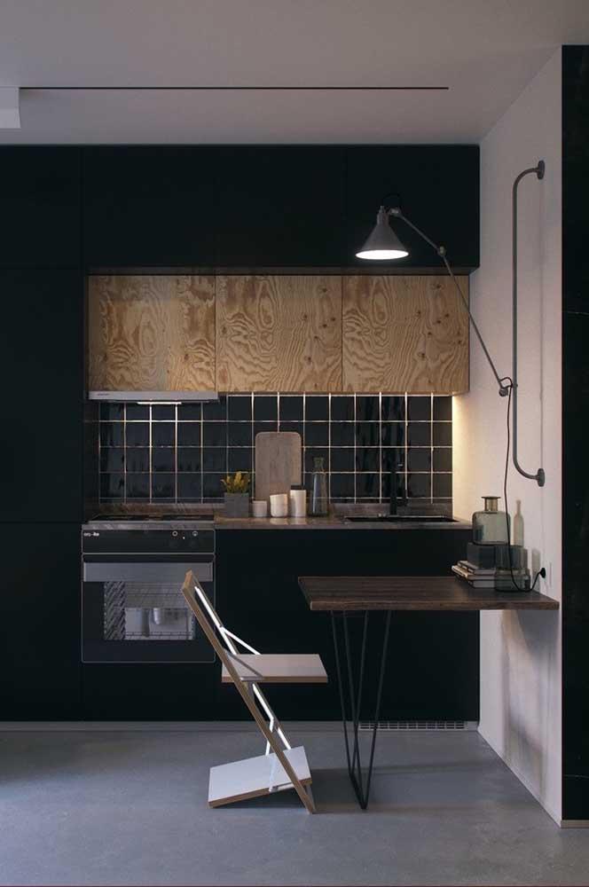 Cozinha planejada para apartamento pequeno simples, mas valorizada pela combinação de cores
