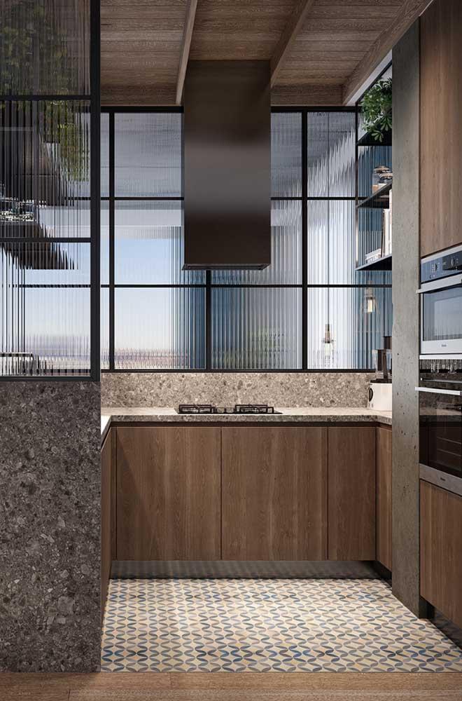 Cozinha planejada pequena em U com divisórias de vidro