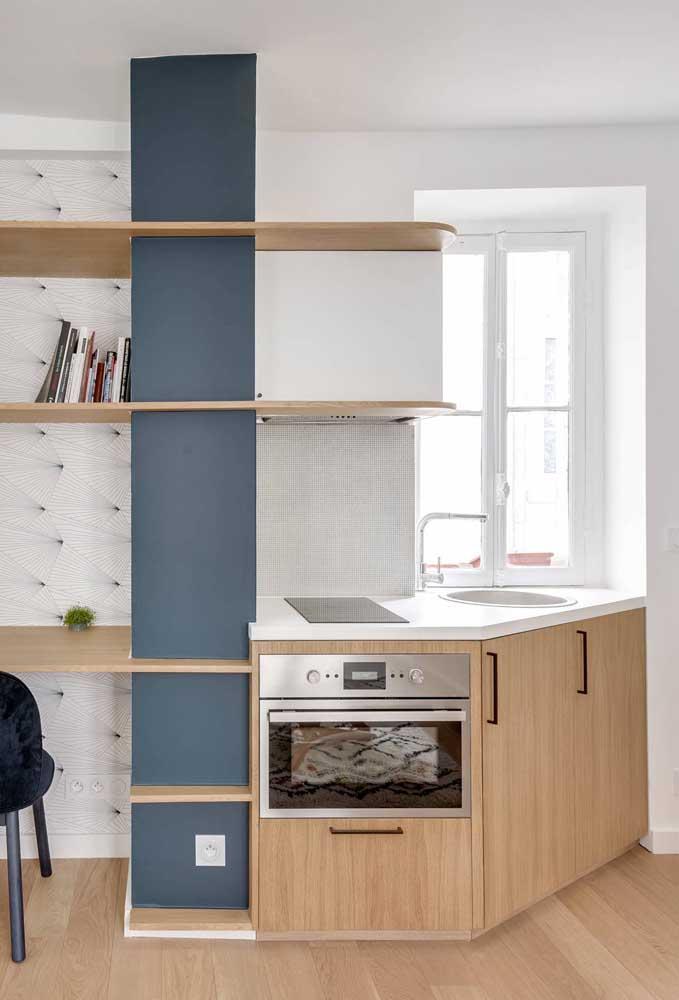 Aqui, a cozinha planejada termina no home office