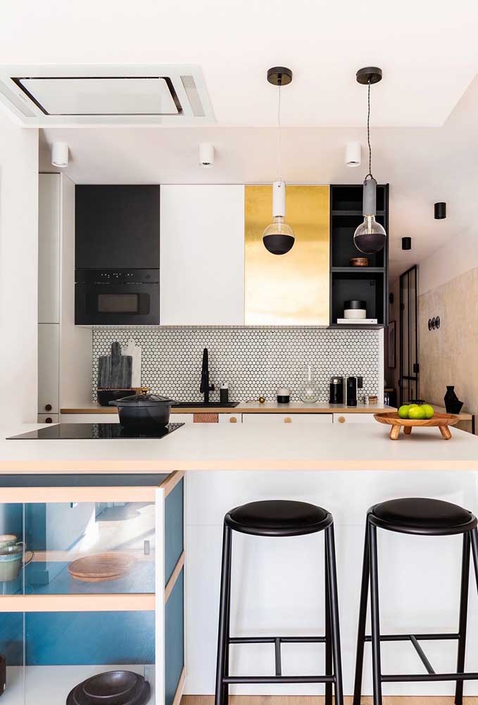 Cozinha planejada pequena com balcão: ótima saída para quem não tem espaço para uma mesa
