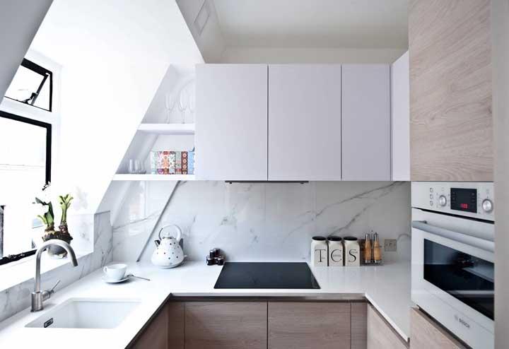 Cozinha planejada para apartamento pequeno com cooktop de indução