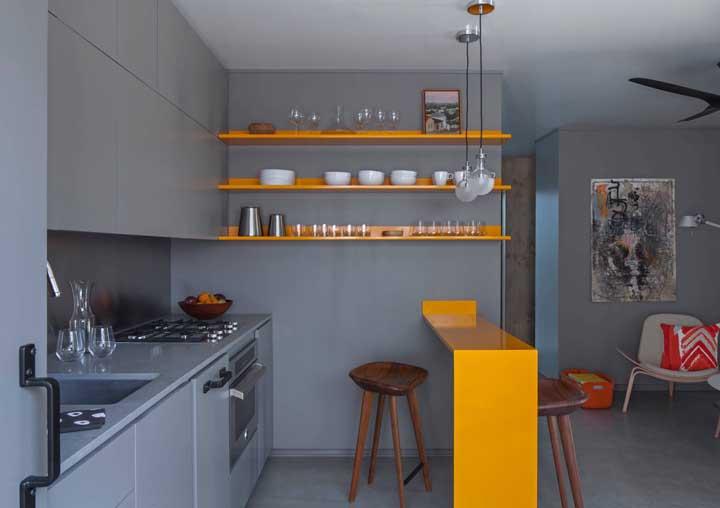 Cozinha planejada para apartamento pequeno cinza. O amarelo garante o toque de cor e vida